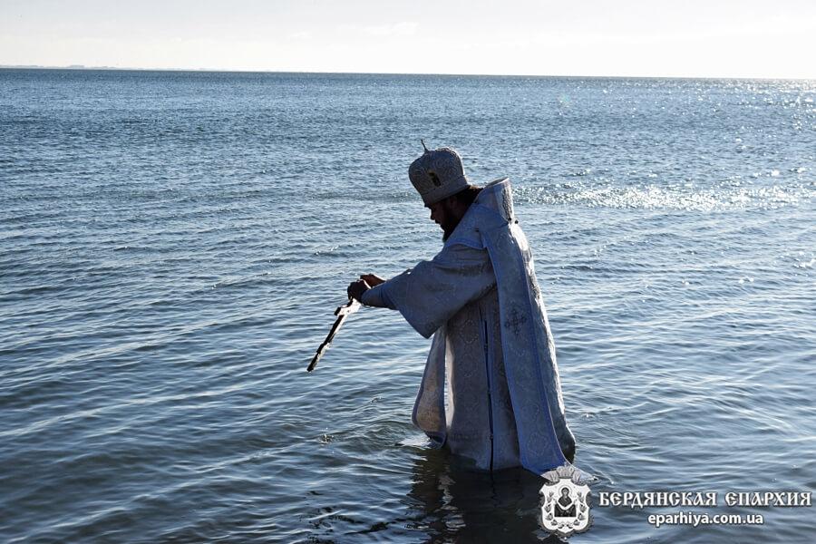 архиепископ Бердянский и Приморский Ефрем освятил воды Азовского моря