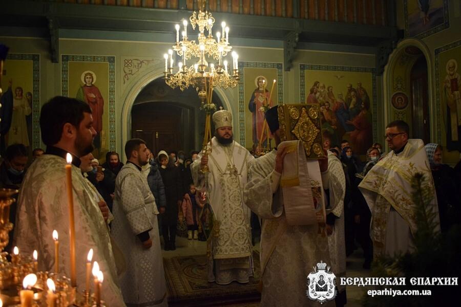 «Радуйтесь, взошло Солнце Правды!» В Бердянском соборе встретили праздник Рождества Христова