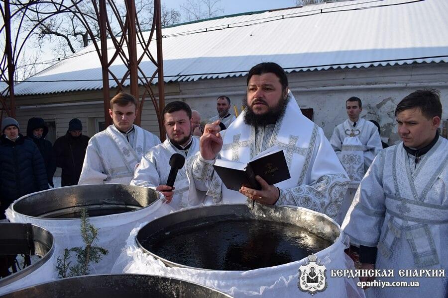 «Просветителя нашего, просвещающаго всякаго человека, видев Предтеча креститися пришедша, радуется душею…»